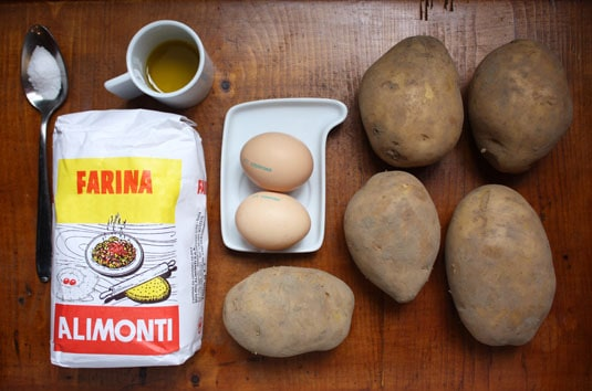 The ingredients to make gnocchi at home