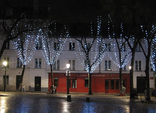 An unusually quiet Place du Tertre, at night.