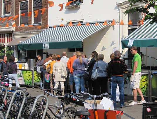 The line waiting to get a slice of the famous Winkel apple pie on Queensday.