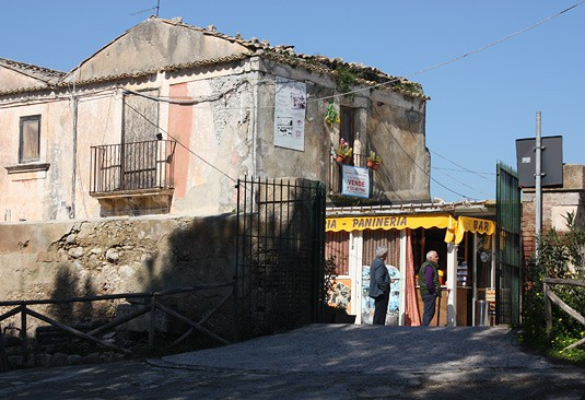 A small bar serving freshly squeezed orange juice in Syracusa, Sicily